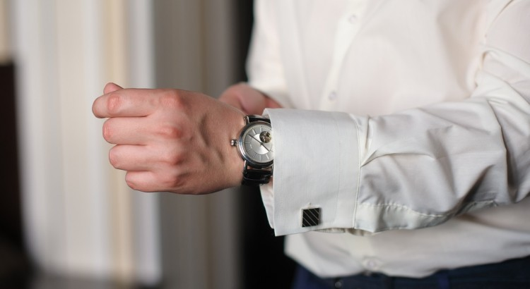 mezczyzna w bialej koszuli